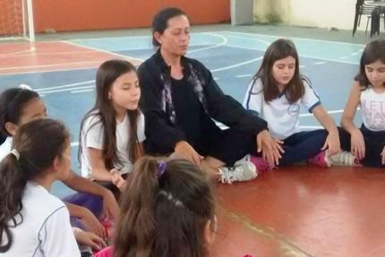 escola-florianopolis-incorpora-meditacao-aulas-educacao-fisica